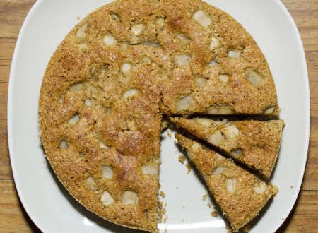 Torta morbida di nocciole e pere
