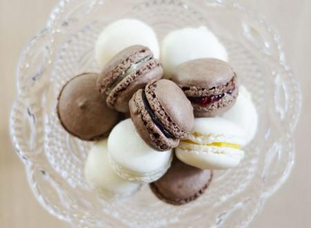 Macarons al cioccolato, limone, lampone e cocco